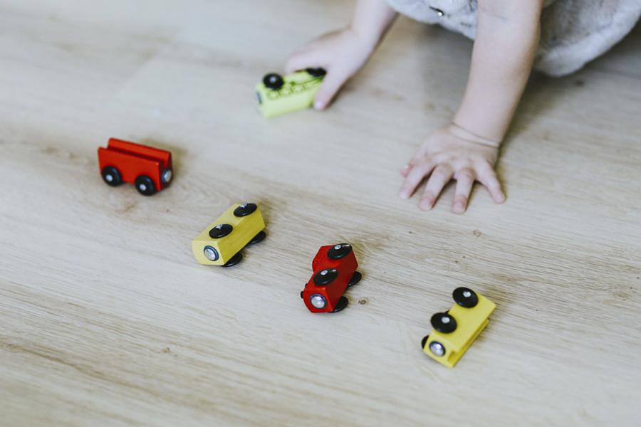 ¿Cómo deben viajar los niños en autocar?